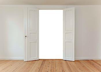 Open dubbele deuren (afbeelding door Capri23auto, via Pixabay)