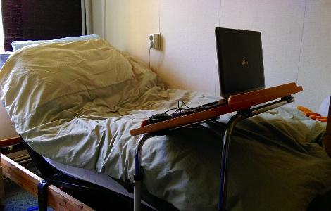 Verstelbare bedbodem met bedtafel